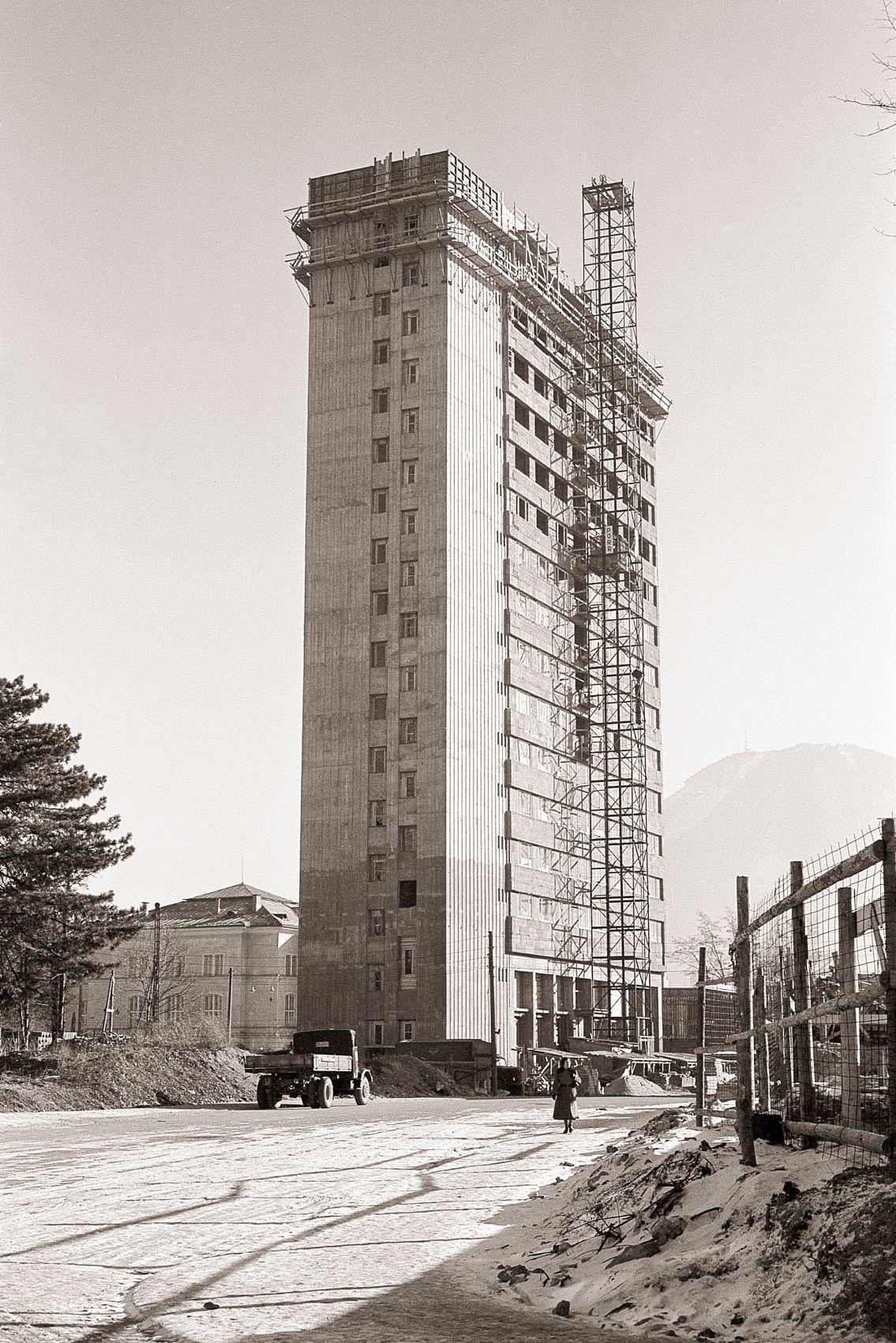 """Bau des Hotel """"Europa""""; Bau des Großen Festspielhauses; Parkende Autos auf dem Alten Markt"""