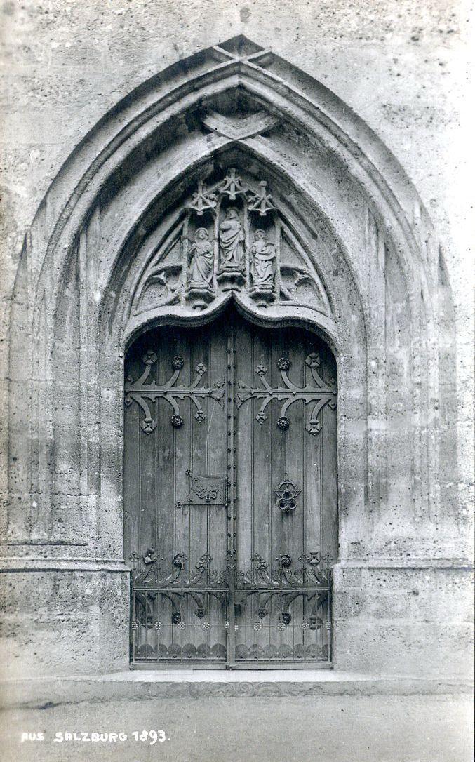 Hauptportal der Margarethenkapelle mit den 1943 entwendeten Statuetten