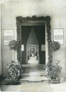 Bild 1: Eingangsbereich zur Höhlenausstellung 1913 im Schloss Mirabell © Salzburg Museum