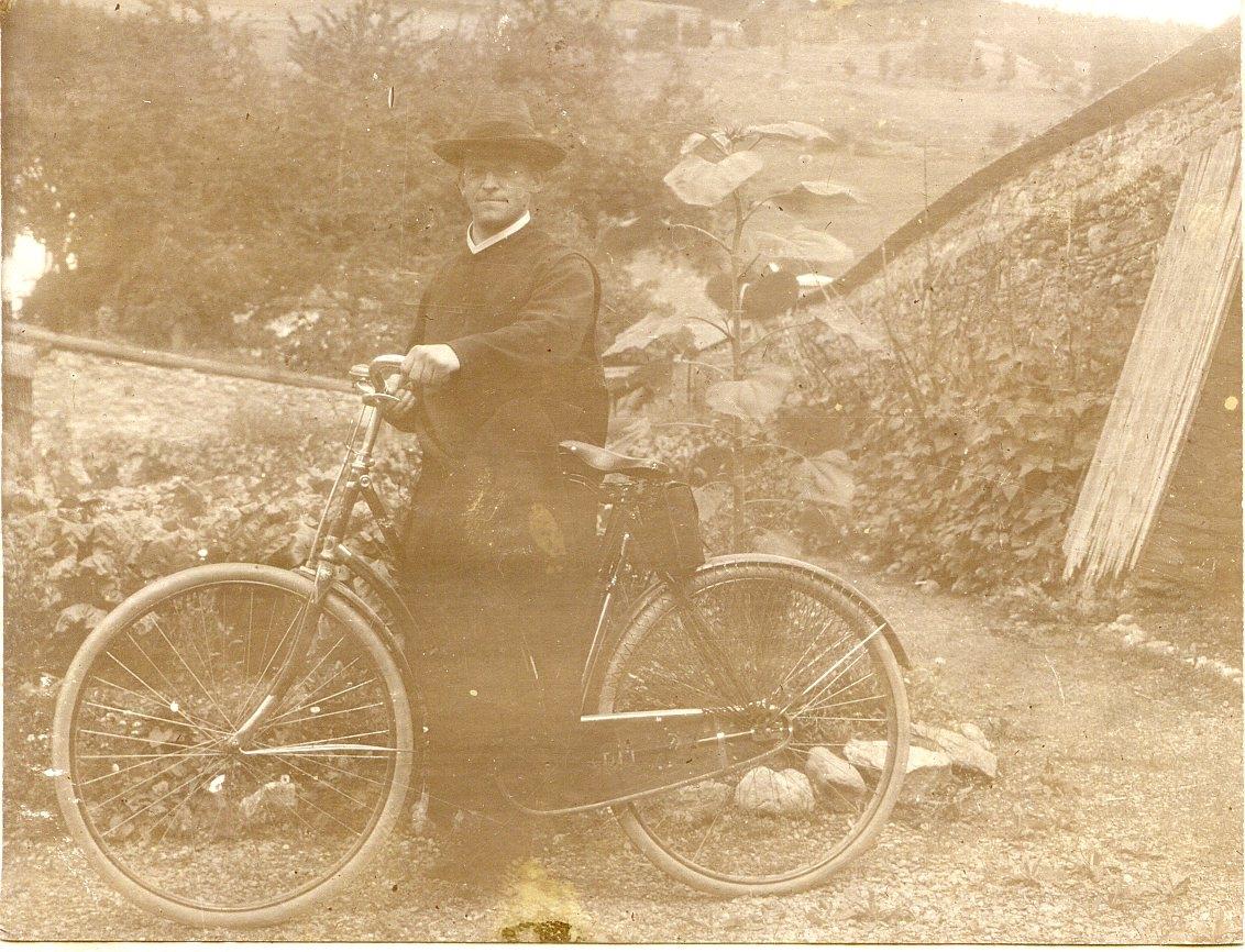 Benediktinerpater mit Fahrrad